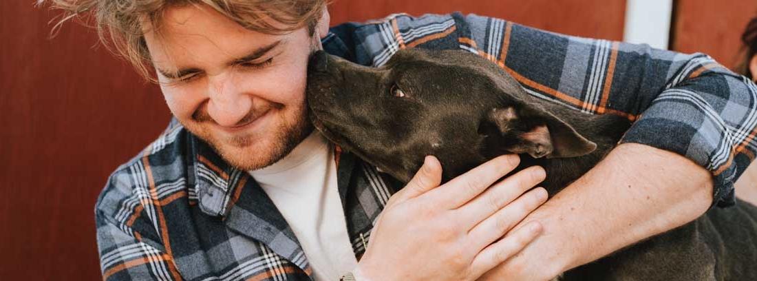 Hombre abraza a su perro