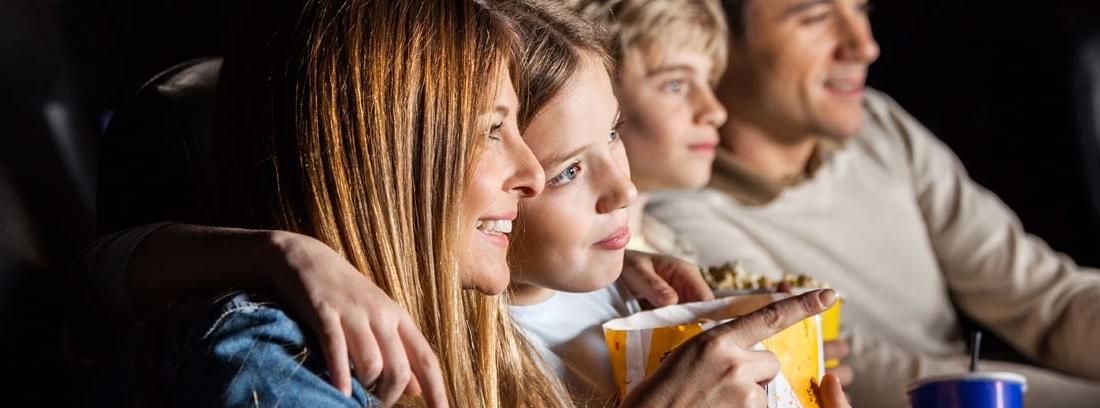 Familia en el cine disfrutando de las mejores películas de ciencia ficción
