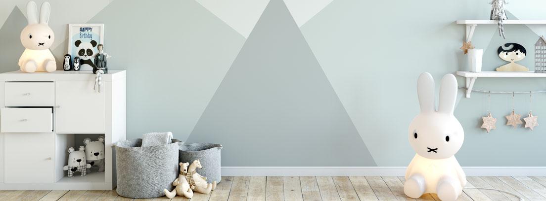 Habitación infantil decorada con papel pintado