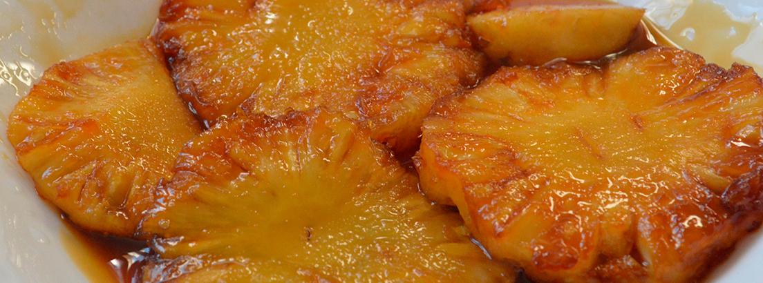 plato de piña caramelizada