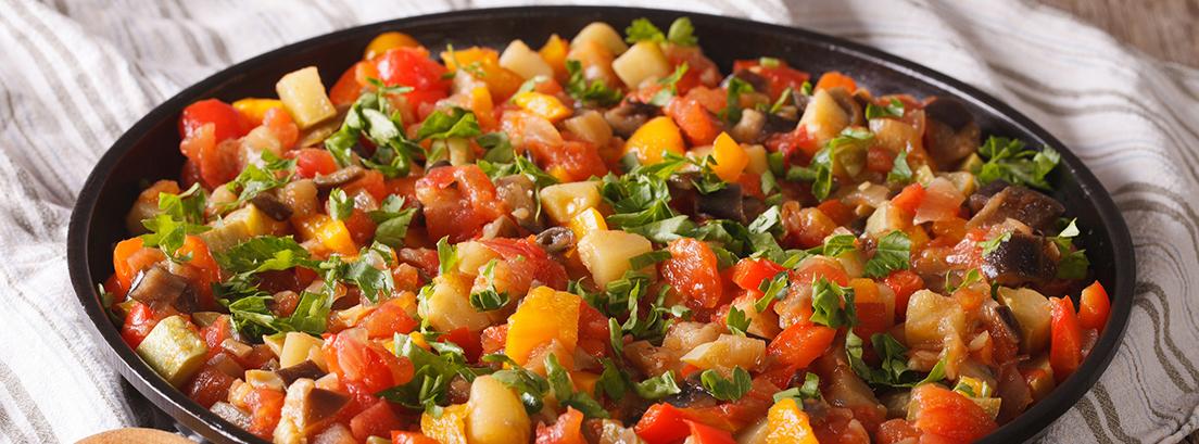 cazuela con calabacin, berenjena, pimiento verde, tomate y perejil