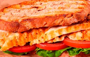 sandwich de pollo con lechugar y tomate