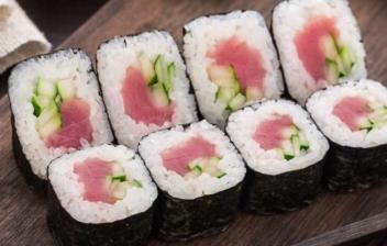 Sushi de atún y pepino