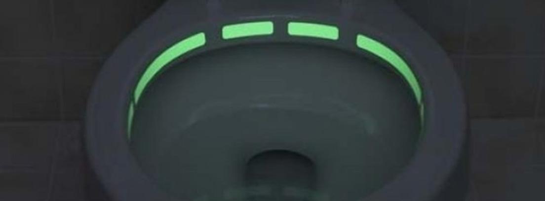 Retrete abierto con una tira fluorescente en su interior