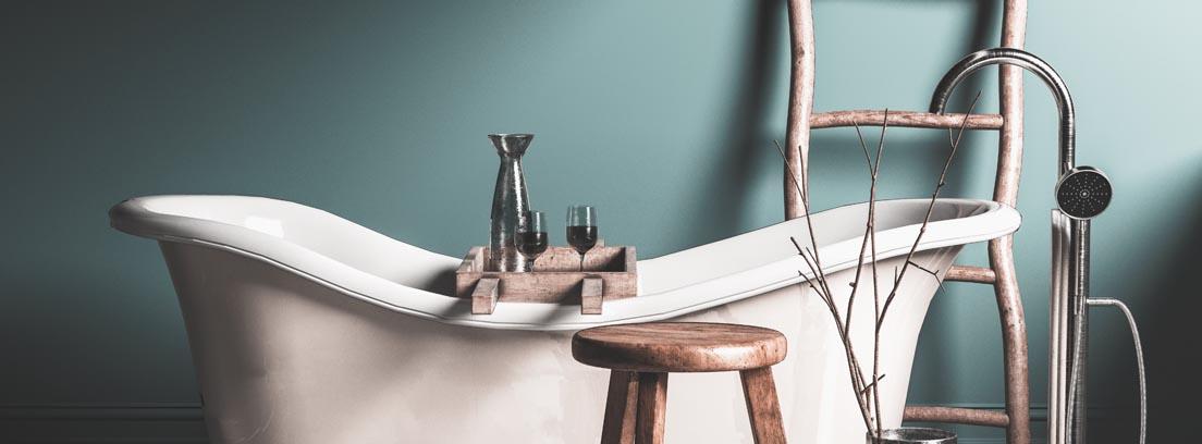 Bañera vintage, escalera y taburete de madera