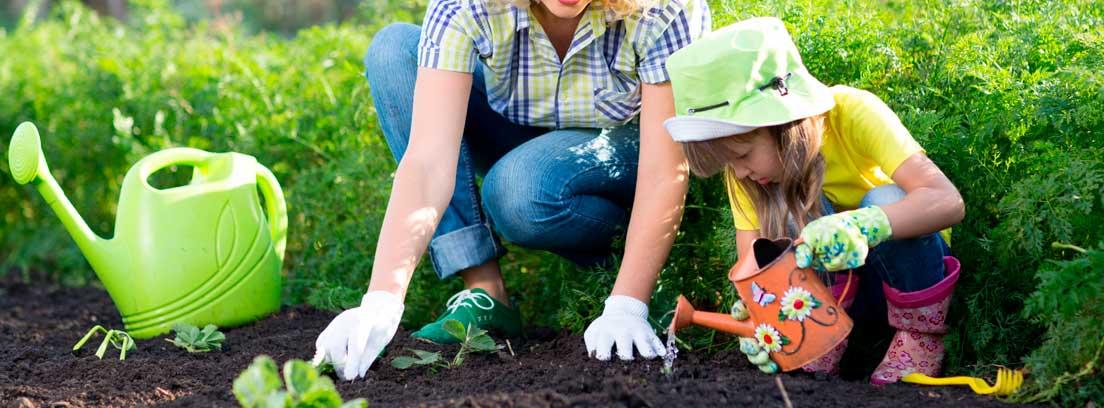 Mujer y niña practicando tareas de jardinería