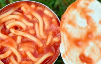Vista cenital de una lata de conservas abierta con pasta con tomate