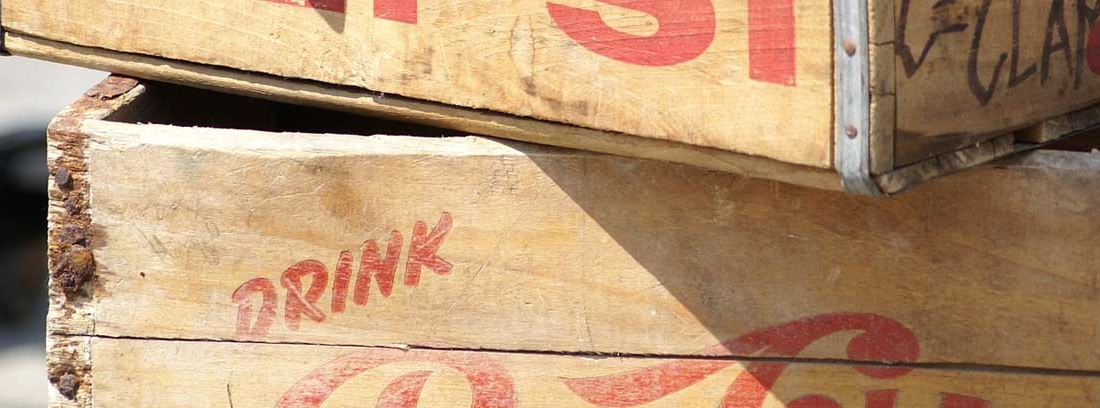cajas de madera antiguas apiladas