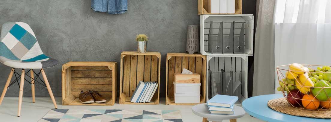 cajas de madera colocadas como espacio de almacenamiento
