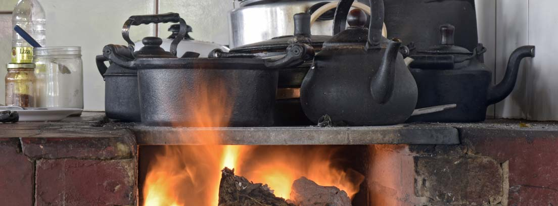 Cocina de lecha con fuego y cacharros