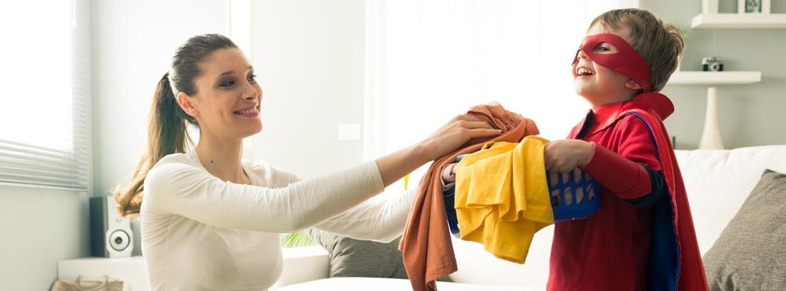 Madre con hijo ordenando ropa y compartiendo tareas domésticas.