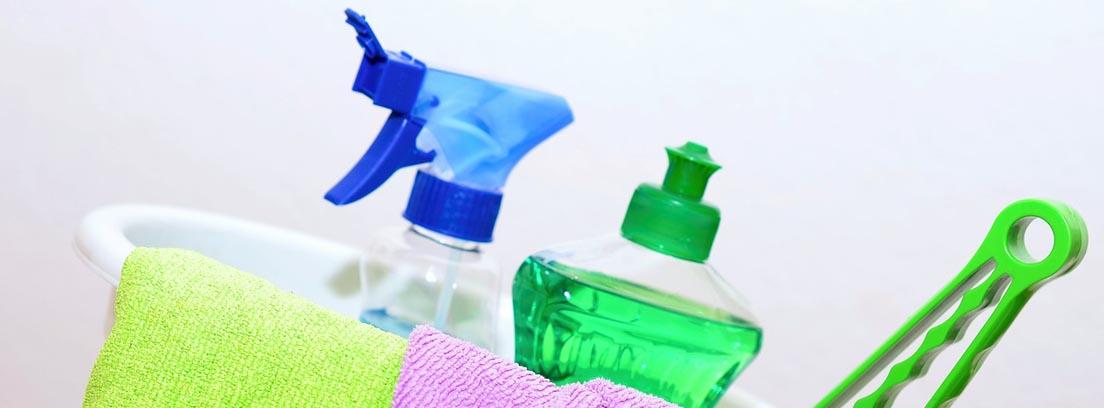 Bayetas de colores y diferentes utensilios de limpieza de hogar