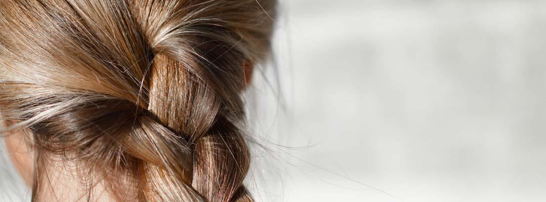 Primer plano de una trenza de un cabello sano gracias al aceite de coco para el pelo