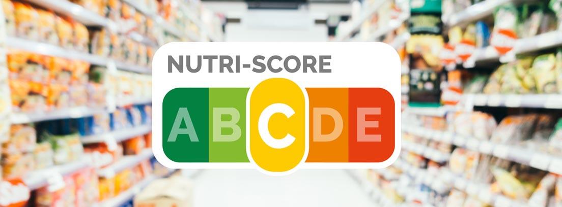Nutriscore, el nuevo etiquetado de alimentos por colores, con un pasillo de supermercado en segundo plano