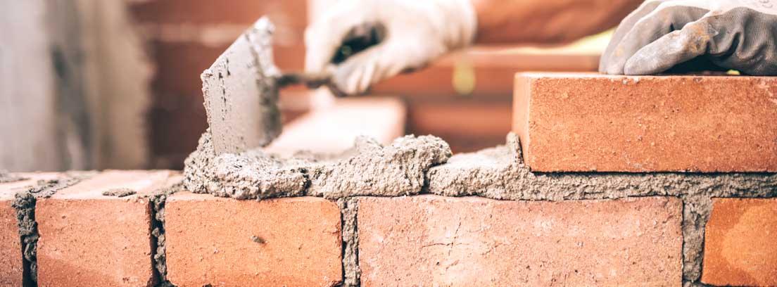 Obrero colocando ladrillos en una pared