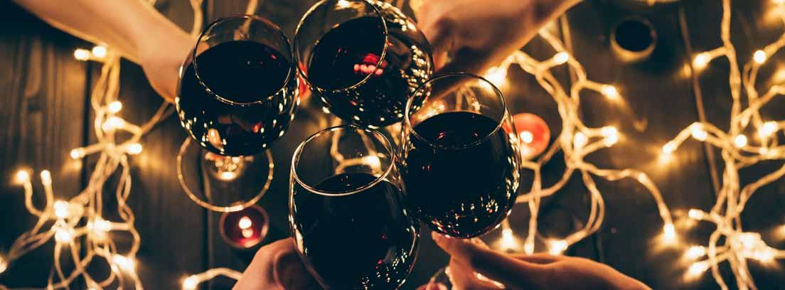 Pareja brindando con copas de vino tinto
