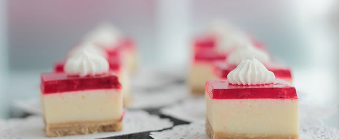 Trozos de New York cheesecake sobre manteles blancos