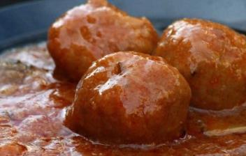 plato de albóndigas en salsa de tomate
