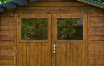 Casa de madera en un jardín