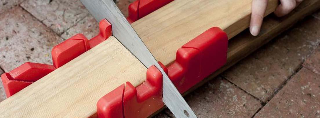 Sierra cortando una madera a inglete para colocar molduras puertas sin clavos