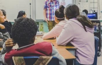 Clase de colegio con alumnos y profesor