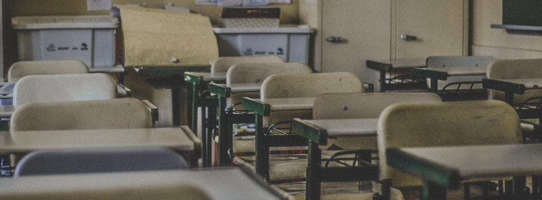 Clase de colegio con mesas y sillas en fila