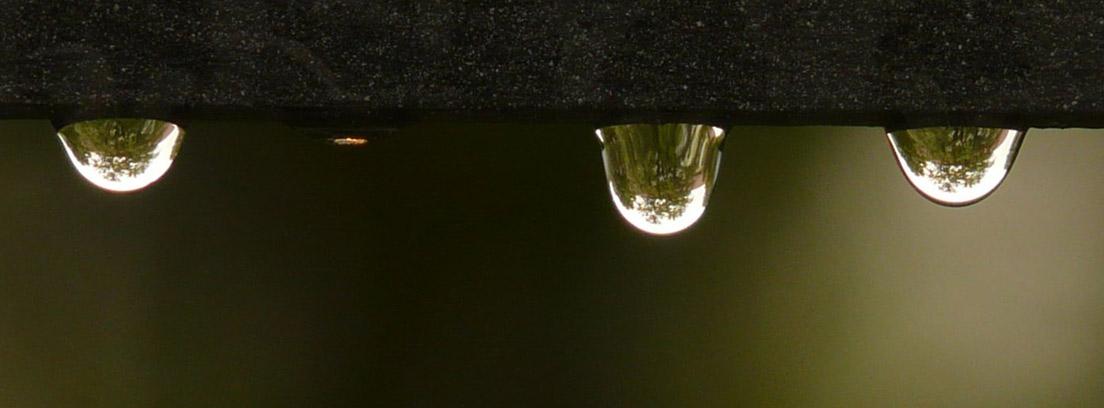 Tres gotas de una filtración de agua en el techo