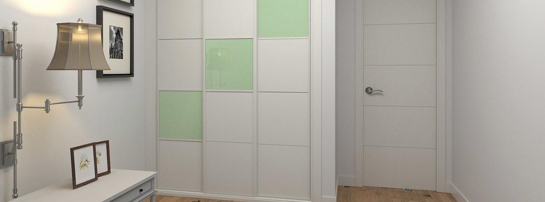 armario panelado en una entrada