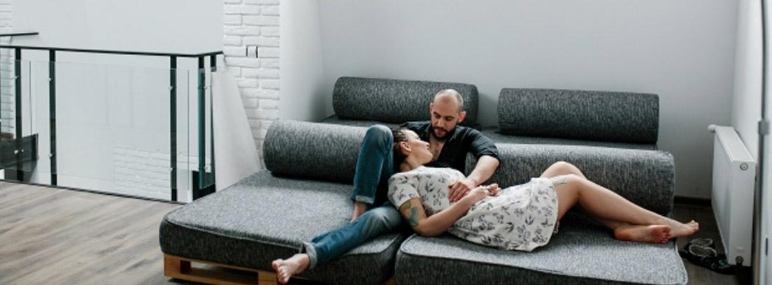 pareja en un sofá cama