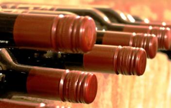 botellas de vino colocadas en una bodega