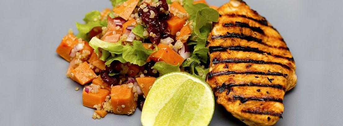 Quinoa en ensalada junto a filete de pollo