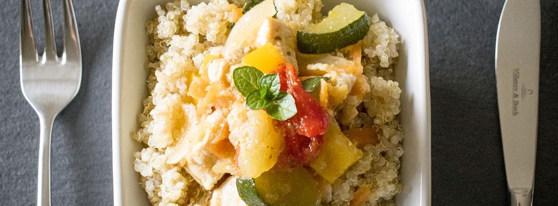 Plato cuadrado con quinoa y verduras