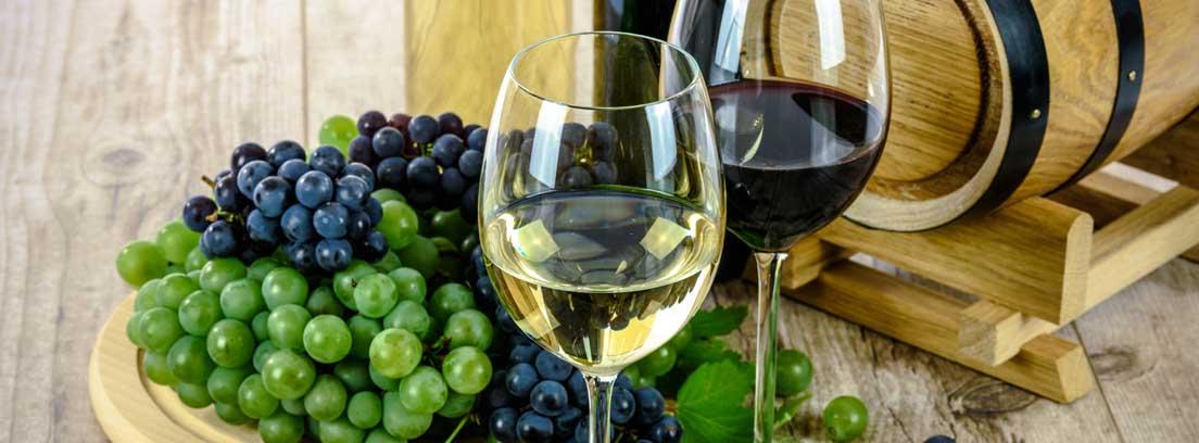 Bodegón con copas de vino y uvas de distintas clases