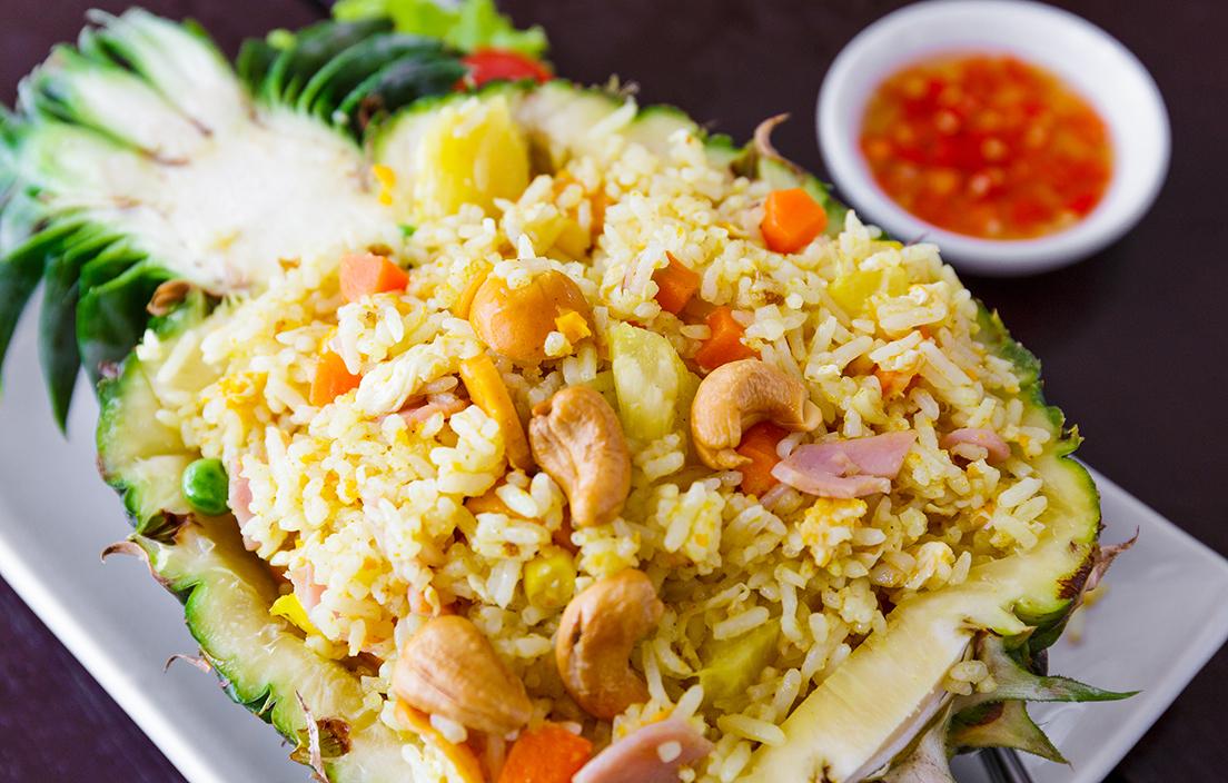 arroz frito con piña, gambas, york, palitos de cangrejo