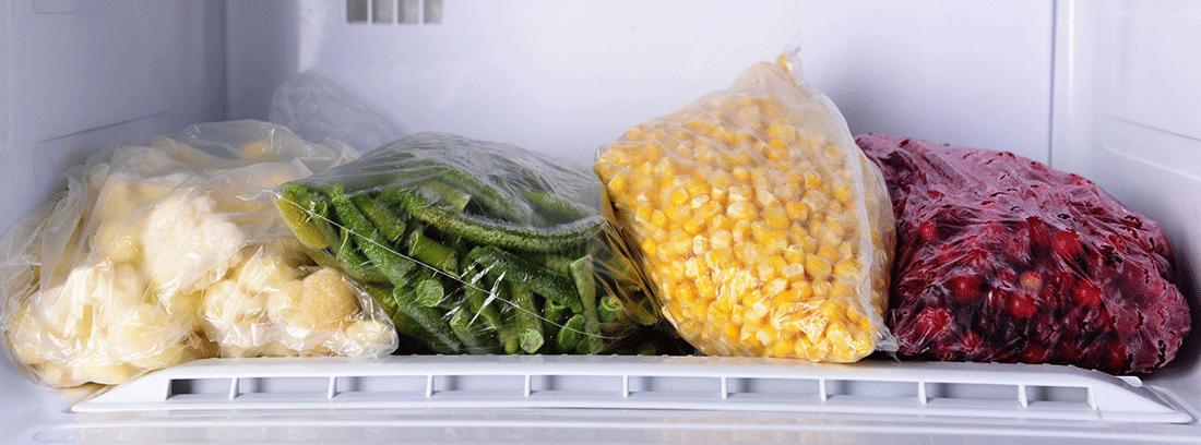 distintos alimentos dentro de un congelador