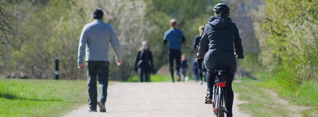 personas transitando en un parque urbano