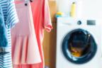 Ropa tendida dentro de casa y lavadora