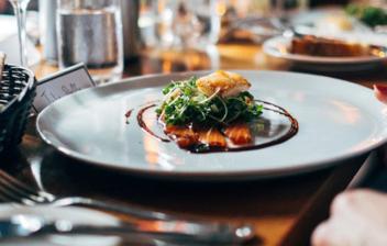 Plato de comida en un restaurante elegante