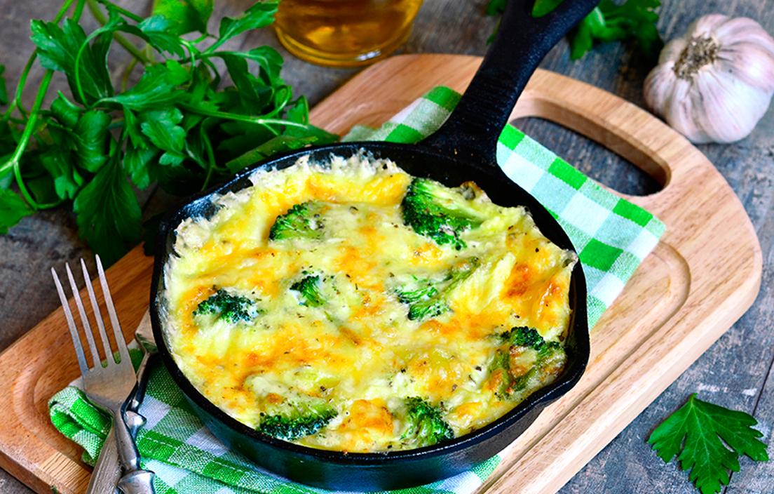 sartén negra con frittata de brocoli y patata
