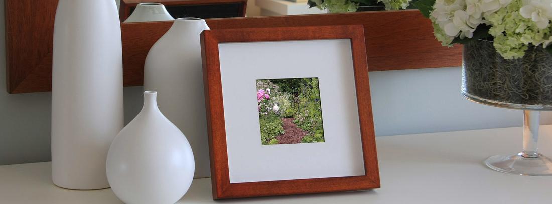 marco de fotos sencillo de madera en una habitación