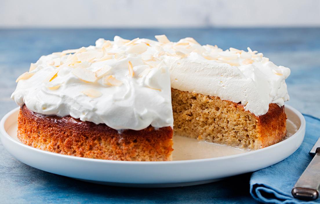 fuente blanca con tarta tres leches