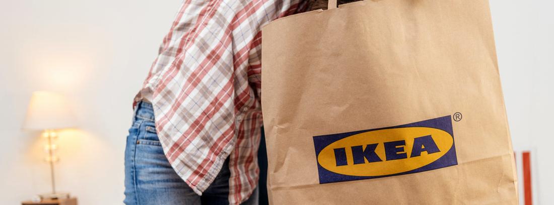Mujer con una bolsa de papel de Ikea