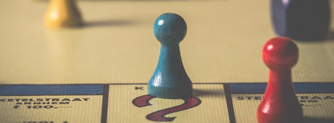 Primer plano de un juego de mesa con fichas de colores