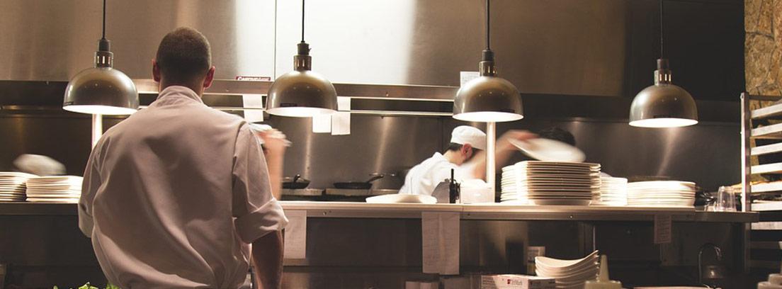 cocina industrial con encimera de acero inoxidable