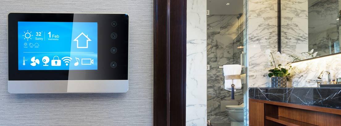 Termostato digital e inteligente de pantalla instalado en pared de casa.