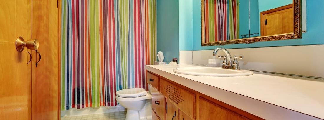 baño con cortinas de ducha de colores