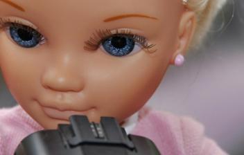 Muñeca tipo Nancy con cámara de fotos