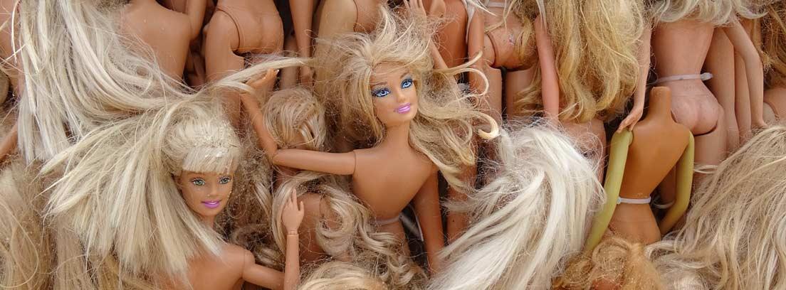 Diferentes muñecas de plástico tipo Barbie.