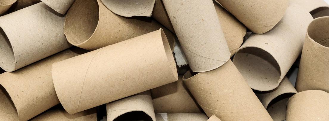 Montón sin orden de cartones de rollos de papel higiénico
