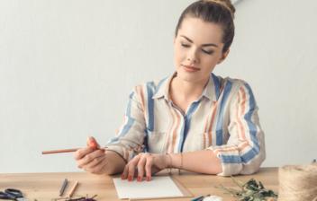 Mujer con material para hacer manualidades en casa